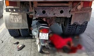 Xe máy lao vào gầm ô tô tải đang chờ đèn đỏ, nam thanh niên nguy kịch
