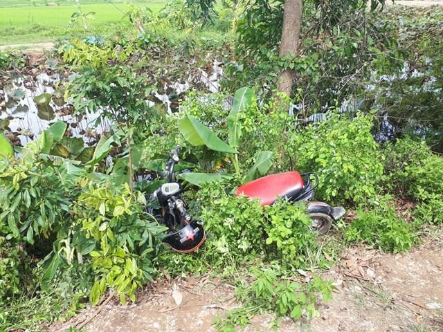 Chiếc xe đạp điện mất lái nằm bên vệ đường nơi nạn nhân tử vong