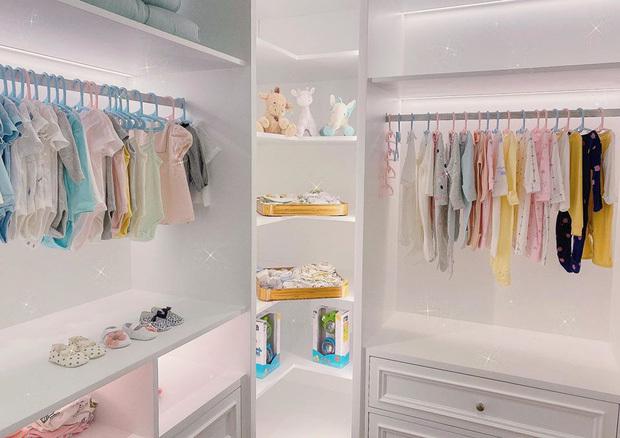 Choáng trước phòng để quần áo của ái nữ Cường Đô La như một cửa hàng thời trang