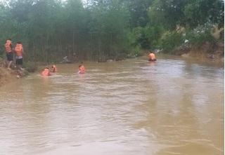 Ô tô bị lật khi đi qua đập tràn, 2 mẹ con bị nước cuốn trôi