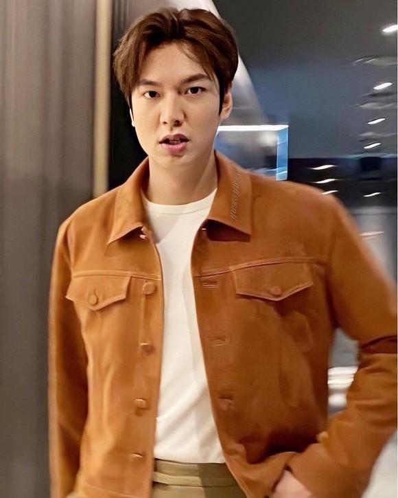 Biểu cảm đáng yêu của Lee Min Ho khi mải kéo quần thì bị chụp trộm