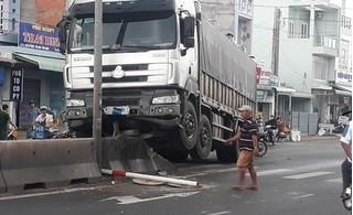 Tin tức tai nạn giao thông ngày 18/8: Xe tải leo dải phân cách, tông gãy cột biển báo