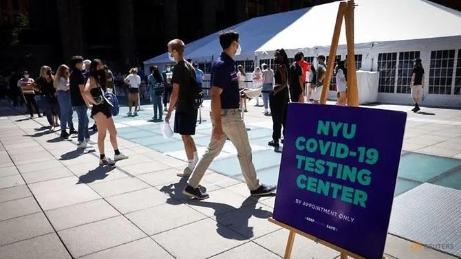 Sinh viên Mỹ xếp hàng xét nghiệm Covid-19 trước khi vào trường ĐH