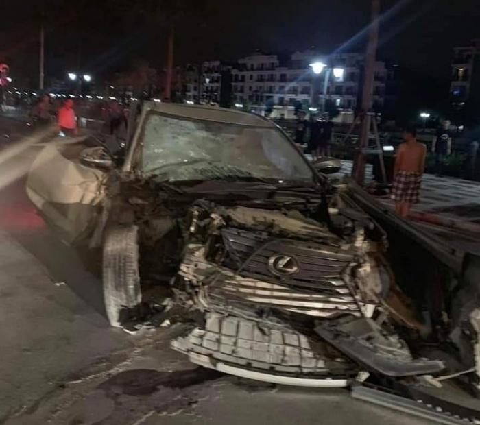 Chiếc xe Lexus nát đầu sau cú đâm mạnh