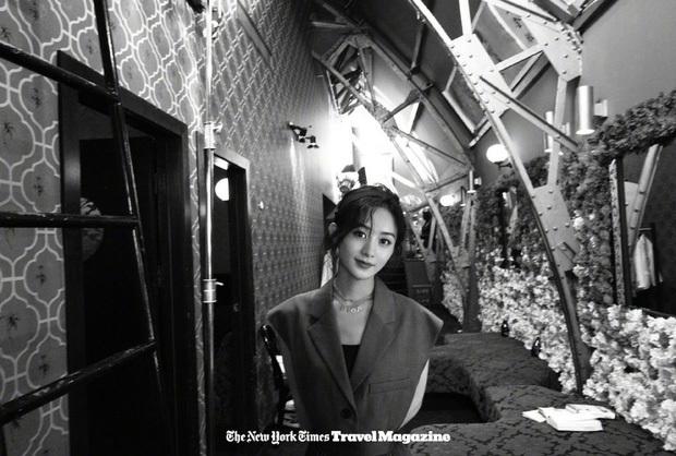 Triệu Lệ Dĩnh đẹp ngút ngàn trên tạp chí, nhưng fan 'soi' được điểm khác lạ