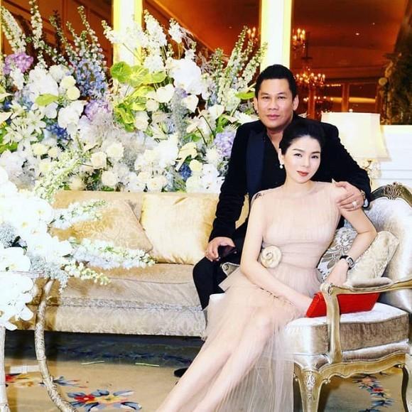 Lệ Quyên lộ ảnh tình tứ với trai trẻ, ông xã xác nhận vợ chồng chưa ly hôn