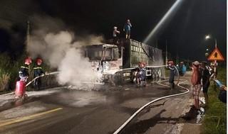 Xe đầu kéo cháy rụi khi đang lưu thông trên đường