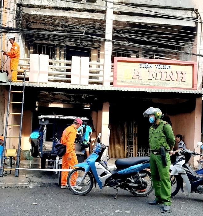 Tiệm vàng bốc cháy lúc rạng sáng, cả nhà may mắn thoát nạn