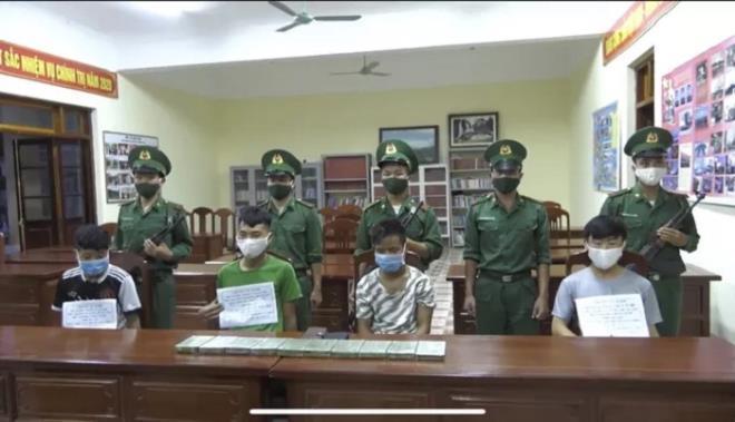 Bắt 4 thanh niên Lào vận chuyển 10 bánh heroin vào Việt Nam
