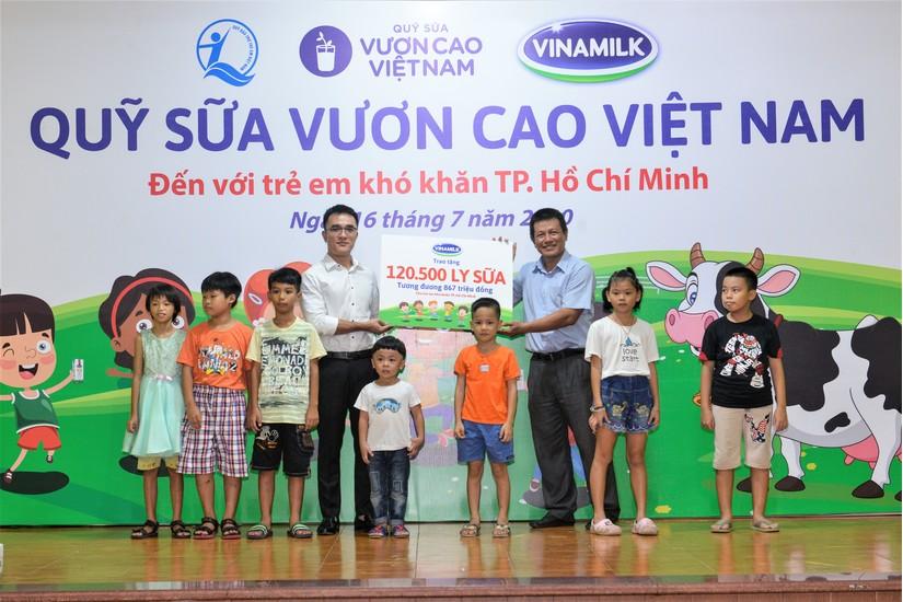 Quỹ sữa vươn cao Việt Nam, vượt trở ngại Covid-19 để mang 1,7 triệu ly sữa đến trẻ em khó khăn