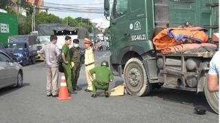 Tin tức tai nạn giao thông ngày 22/8: Bị xe đầu kéo kéo lê 20m, người đàn ông tử vong tại chỗ