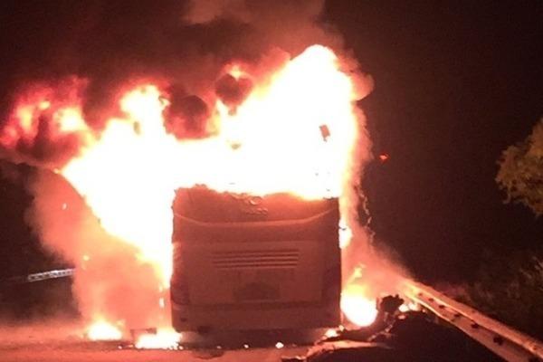 Chiếc xe bốc cháy trong đêm