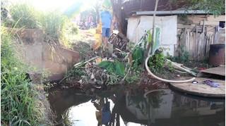 Mẹ chết lặng khi phát hiện 2 con nhỏ đuối nước dưới hồ cạnh nhà