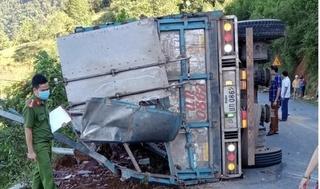 Xe tải bị lật khi đổ đèo, 2 mẹ con tử vong tại chỗ