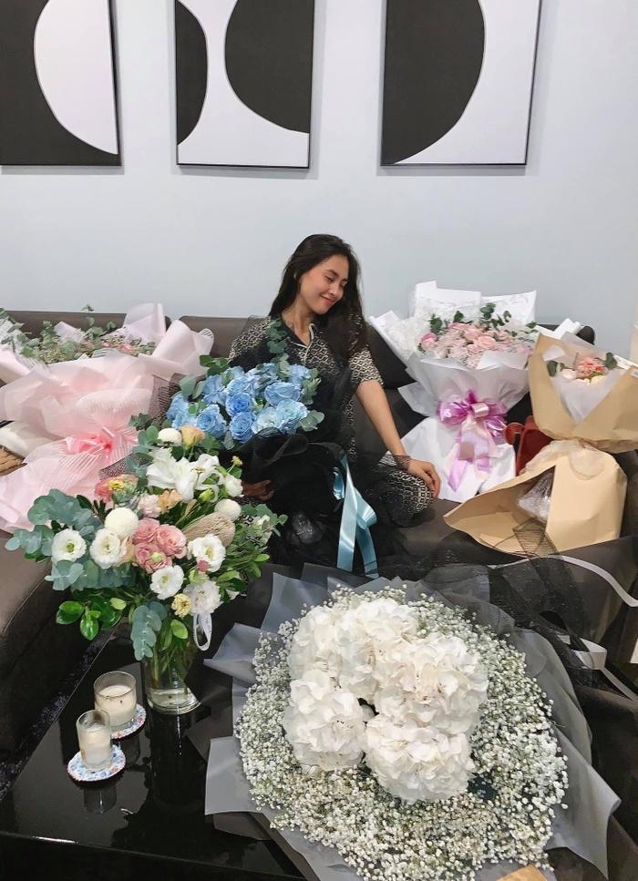 Hoa hậu Tiểu Vy hạnh phúc khoe căn phòng ngập tràn hoa mừng sinh nhật tuổi 20