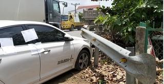 Tài xế khóa cửa ngồi lắc lư sau khi gây tai nạn giao thông