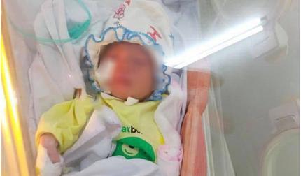 Bé sơ sinh bị bỏ rơi giữa khe tường ở Hà Nội đã có người thân đến nhận
