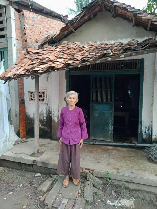 Thuỷ Tiên bỏ tiền túi để xây nhà cho bà cụ 70 tuổi có hoàn cảnh khó khăn