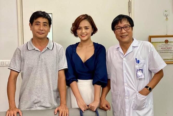 Đạo diễn Đào Duy Phúc và Thu Quỳnh NSND Trọng Trinh trong một bối cảnh bệnh  viện