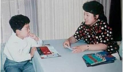 Ảnh hiếm của Kim Jong Un thủa nhỏ ở bên mẹ