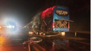 Xe máy từ gầm bốc cháy lan ra cả xe khách giường nằm