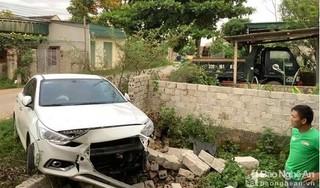 Tin tức tai nạn giao thông ngày 26/8: Xe 4 chỗ tông sập bờ tường nhà dân tại Nghệ An