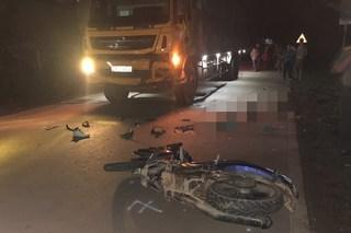 Sơn La: Xe máy đấu đầu xe tải trong đêm, 2 thanh niên tử vong