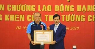 HLV Park Hang Seo xúc động khi nhận Huân chương Lao động hạng Nhì