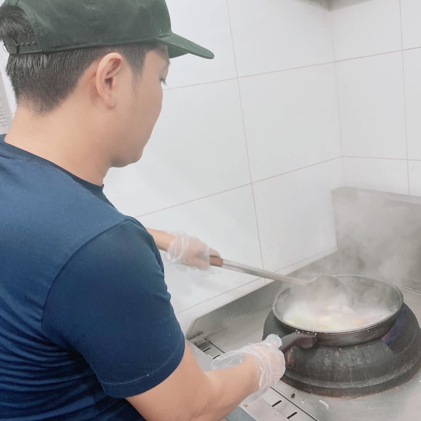 Nhã Phương tự hào khoe Trường Giang đích thân vào bếp nấu ăn cho nhân viên