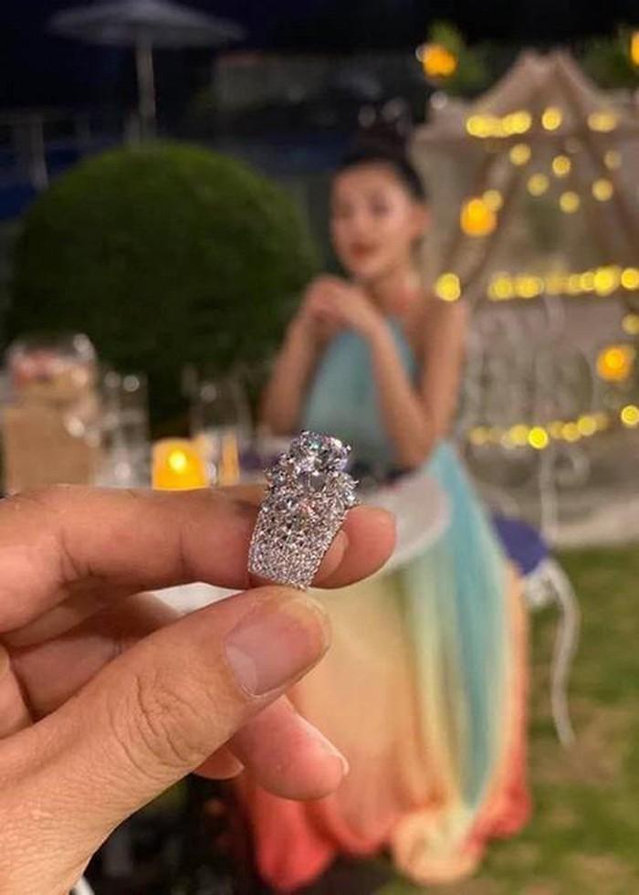 Chiếc nhẫn kim cương Lương Bằng Quang cầu hôn Ngân 98 là đồ giả