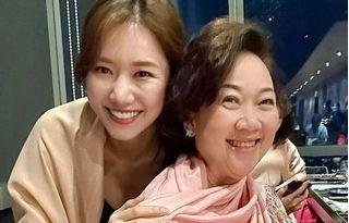 Mẹ Trấn Thành xúc động khi được Hari Won bí mật tặng quà sinh nhật