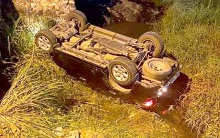 Ô tô lao xuống cầu lật ngửa dưới suối, 3 người may mắn thoát chết