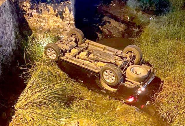 Ôtô lật ngửa dưới cầu Gió Bay, 3 người thoát chết