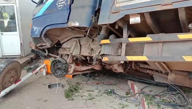 Xe tải mất lái tông thẳng vào trạm thu phí, nhiều người may mắn thoát chết