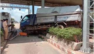 Hiện trường kinh hoàng vụ xe tải mất lái tông vào trạm thu phí