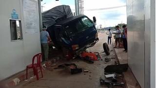 Tin tức tai nạn giao thông ngày 30/8: Xe tải mất lái, lao vào trạm thu phí