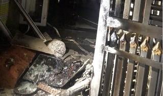 Phụ nữ và trẻ em la hét thất thanh trong ngôi nhà bị phóng hỏa