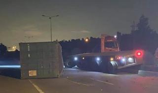 Tin tức tai nạn giao thông ngày 31/8: Xe container tông gãy cột điện đường