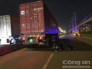 Xe container chạy vào làn xe máy, một người tông vào đuôi tử vong