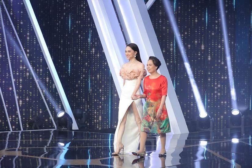 Mẹ Hương Giang khuyên con gái nên yêu đàn ông nghèo