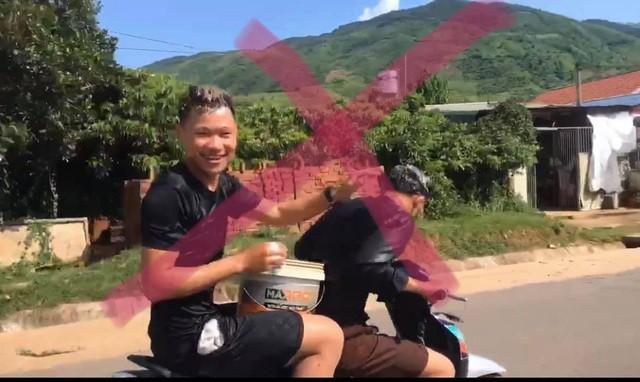 Xử phạt 2 thanh niên vừa đi xe máy vừa múc nước gội đầu trên quốc lộ