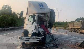 Tông vào đuôi xe tải đang dừng trên cao tốc, tài xế tử vong trong cabin