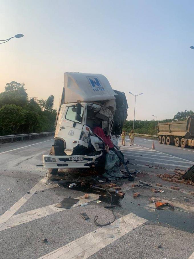 Tài xế tử vong trong cabin sau cú húc đuôi xe tải đang dừng trên cao tốc