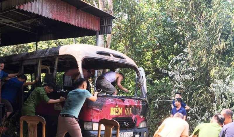 Lửa từ mâm cỗ cúng rằm tháng 7 khiến xe khách cháy rụi