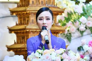 Angela Phương Trinh đẹp tựa nữ thần trong đại lễ Vu lan