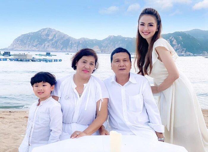 Sau ồn ào từ mặt, Hoa hậu Diễm Hương lần đầu đăng ảnh bên bố mẹ ruột trong ngày lễ Vu lan
