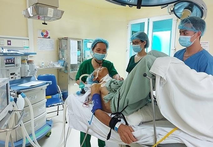 Phẫu thuật lấy khối u thành công cho bệnh nhân bị gù 90 độ