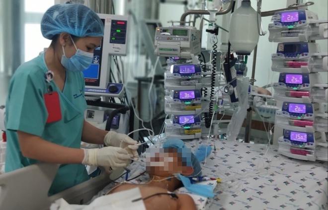 Cấy máy tạo nhịp tim duy trì sự sống cho bé trai 12 tuổi bị viêm cơ tim cấp