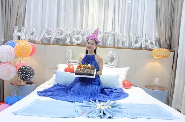 Lâm Vỹ Dạ hạnh phúc khi được ông xã Hứa Minh Đạt tổ chức sinh nhật tại resort 5 sao