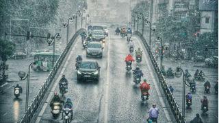 Thủ đô Hà Nội ngày nắng nóng, chiều tối mưa giông